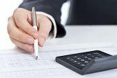 بررسی تاثیر عوامل کیفی حسابرسی بر ارزیابی عملکرد مدیریت